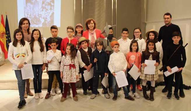La alcaldesa de Alcázar comparte lectura de El Quijote con el alumnado del colegio Santa Clara