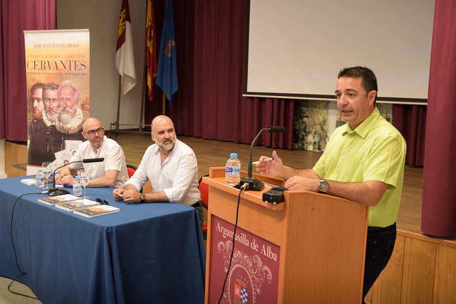 José Manuel Lucía Megías presentó en Argamasilla de Alba su trilogía sobre la vida y obra de Cervantes