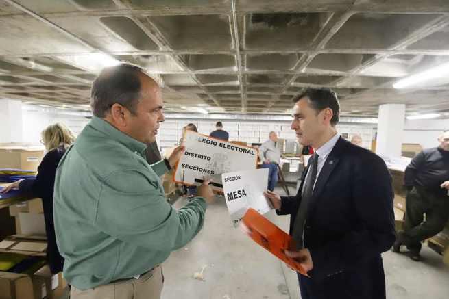 El delegado del Gobierno en Castilla-La Mancha, Francisco Tierraseca, ha visitado en Toledo el centro donde se prepara el dispositivo electoral