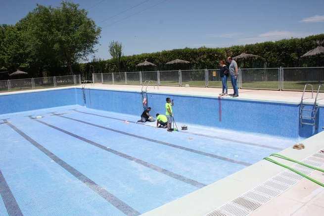 El Ayuntamiento de Torralba lleva a cabo la 'puesta a punto' de la Piscina Municipal para esta temporada