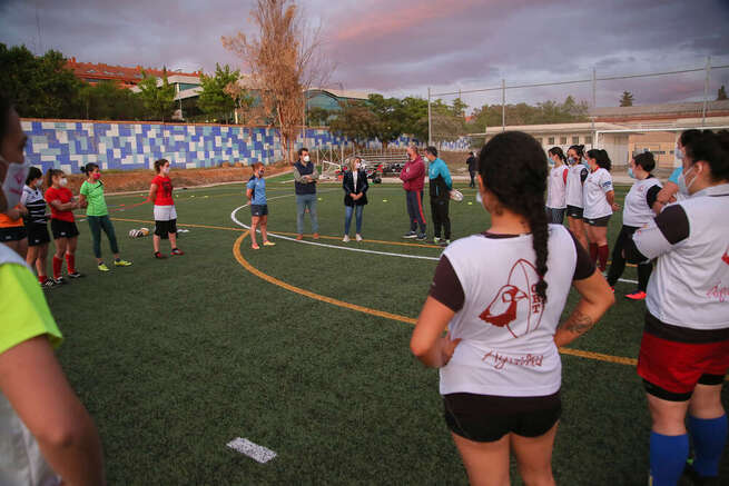 La alcaldesa de Toledo muestra el apoyo de la ciudad al equipo femenino de rugby Soliss Águilas de cara a la fase de ascenso