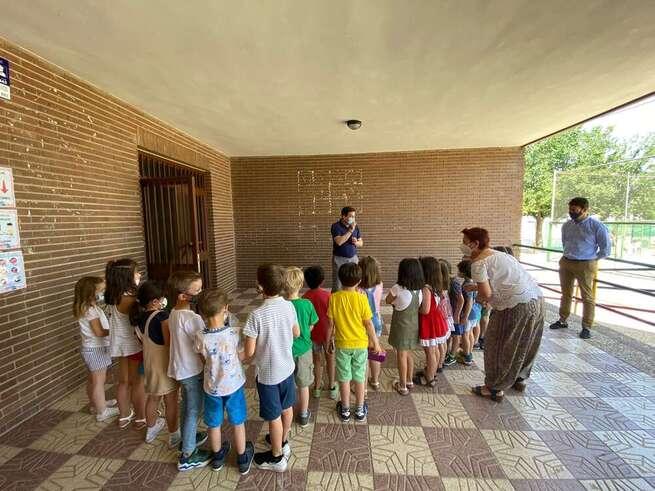 El alcalde de Bolaños felicita a los docentes y al alumnado de la localidad en su visita a los Colegios por el ejemplo de responsabilidad demostrado durante todo el curso escolar