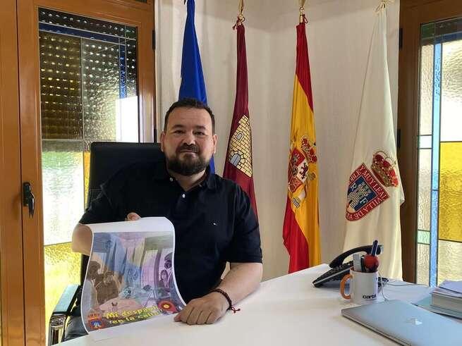 Juan Ramón Amores presenta la iniciativa pionera de sacar su despacho a la calle en La Roda