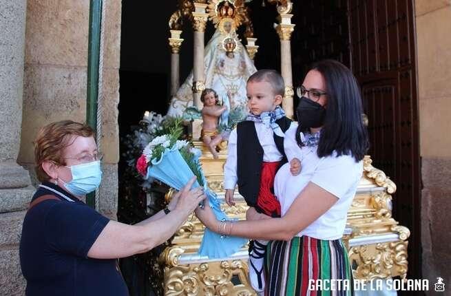 Concurrida, vistosa y ordenada ofrenda floral a la patrona de La Solana