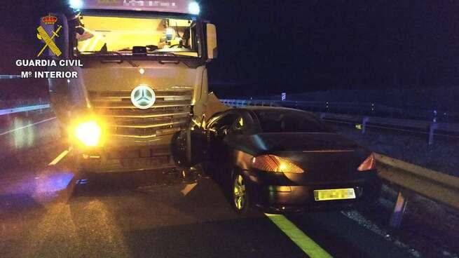 La Guardia Civil intercepta un vehículo en la autovía A-5 que circuló en sentido contrario durante más de cinco kilómetros y se estrelló contra un camión