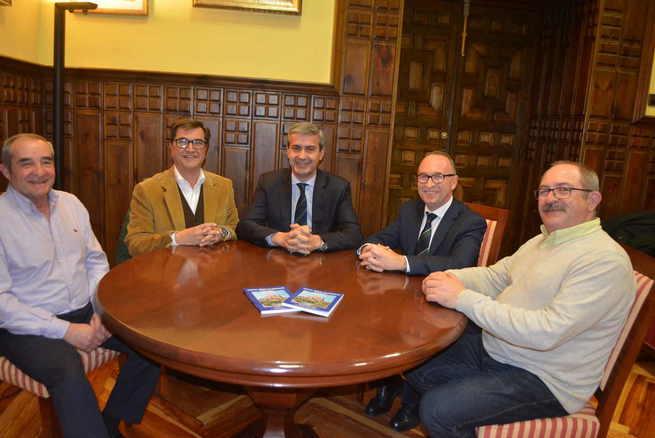 Álvaro Gutiérrez felicita al pueblo de Burguillos por poner en valor en un libro uno sus emblemas, la Ermita de San Blas