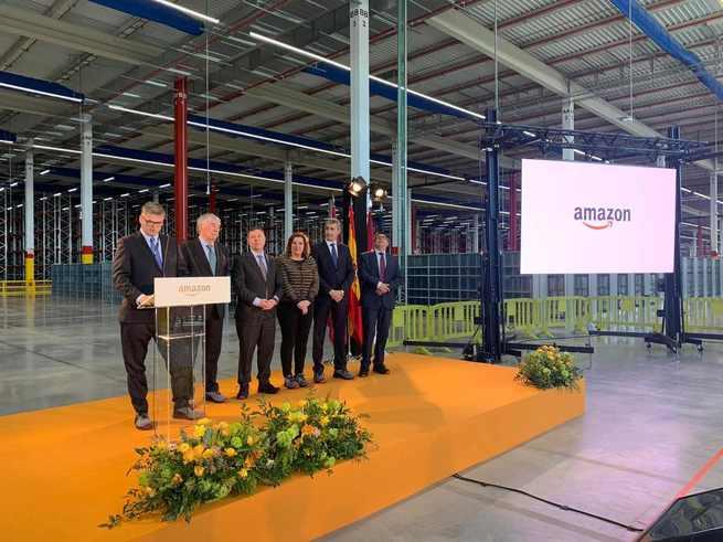 Tofiño y García-Page visitan Amazon antes de su apertura en Illescas