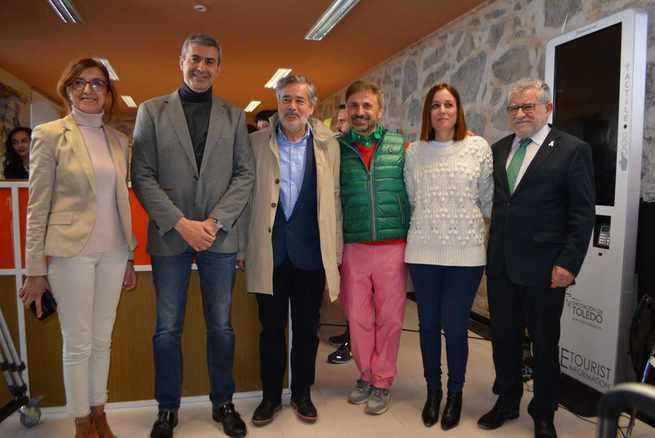 """Álvaro Gutiérrez visita el rodaje de la película """"La Suite Nupcial"""" en la oficina de turismo de la diputación de Toledo"""