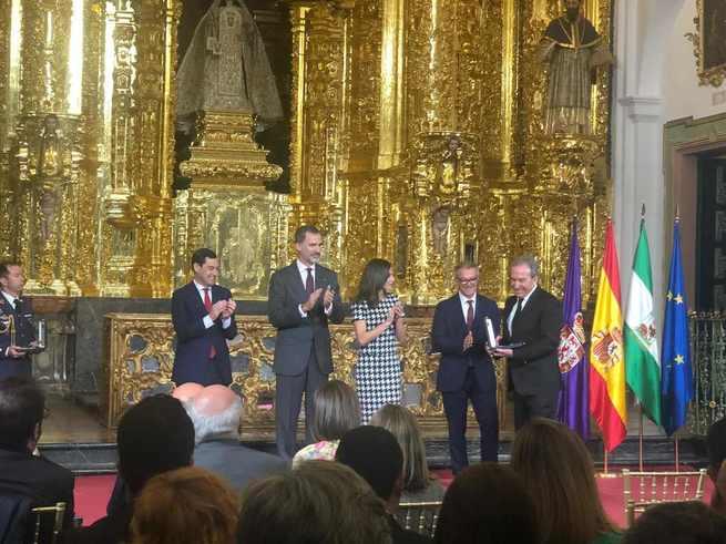 El alcalde de Cuenca felicita a José Luis Perales por la concesión de la Medalla de Oro al Mérito en las Bellas Artes