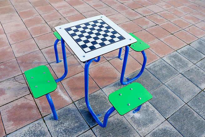 El Ayuntamiento de Almodóvar instala mesas de juegos de tablero clásicos, al aire libre y renueva la pista polideportiva