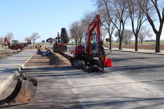 Avanzan las obras en la red de abastecimiento de agua con la sustitución de la tubería general en Manzanares