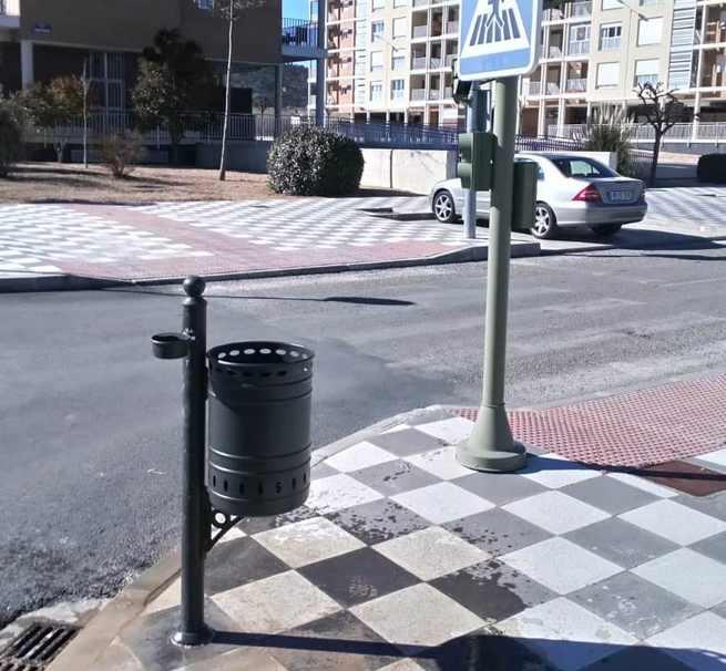 El Ayuntamiento de Cuenca comienza en el barrio Cerro de la Horca la instalación de 700 papeleras nuevas por toda la ciudad