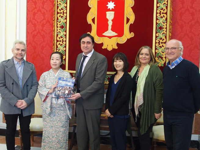 El alcalde de Cuenca recibe a la profesora de la Universidad de Estudios Extranjeros de Kioto, Reiko Tateiwa