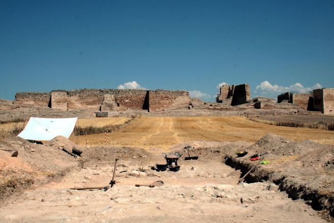 Imagen: El yacimiento de Calatrava La Vieja acogió durante julio un curso práctico de Antropología Física y Arqueología