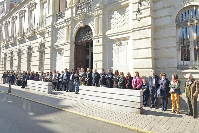 Imagen: Trabajadores y miembros de la coorporación Provincial de Ciudad Real expresan su solidaridad con el pueblo francés