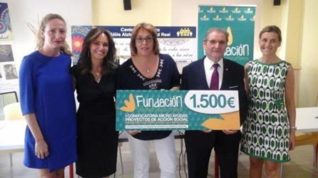 Imagen: Fundación Caja Rural CLM entrega una ayuda de 1.500 euros para un proyecto de AFARC