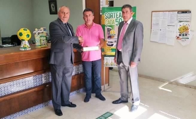 Imagen: Caja Rural Castilla-La Mancha entrega un IPAD a un cliente de Jadraque por su 50 Aniversario