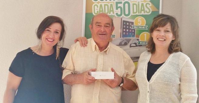 Imagen: Caja Rural CLM entrega un iPhone 6 a un cliente de Casillas por su 50 Aniversario