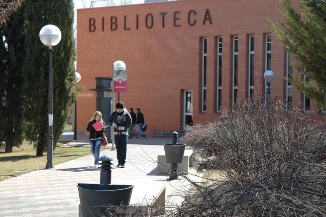 Imagen: La Biblioteca de la UCLM inicia una campaña solidaria de recogida de material escolar nuevo