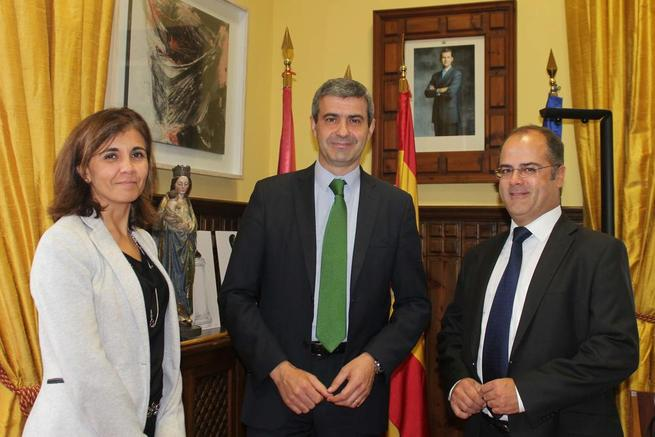 Imagen: Álvaro Gutiérrez recibe a responsables de GAS NATURAL Castilla-La Mancha
