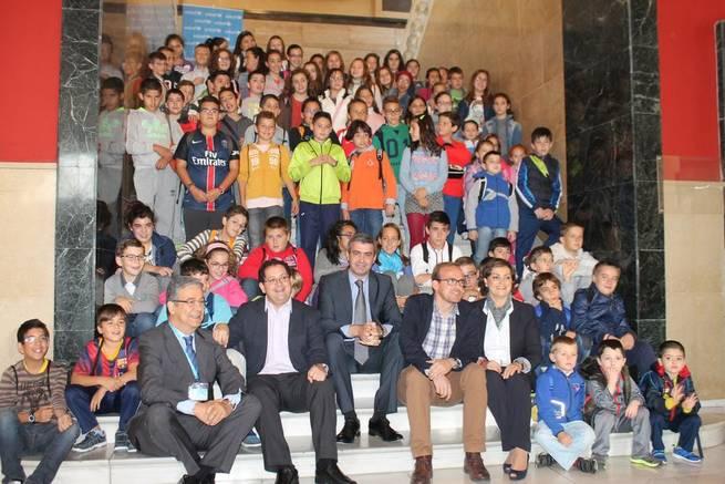 Imagen: Álvaro Gutiérrez anima a escuchar a los niños en el pleno infantil celebrado en la Diputación