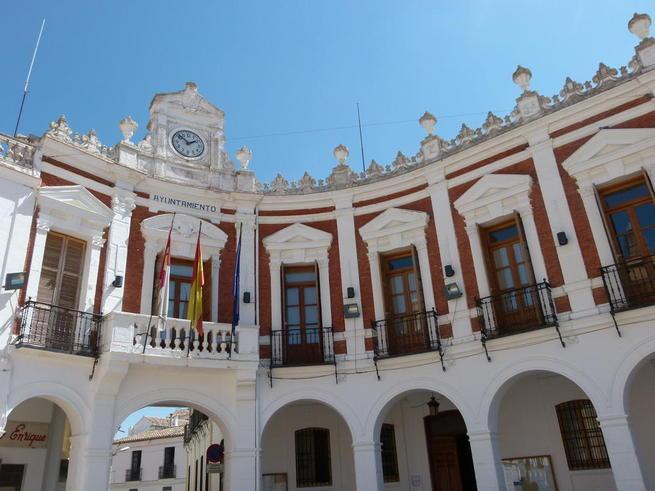 """Imagen: El Ayuntamiento de Manzanares recibe tres desfibriladores, a través de la convocatoria """"Salva un corazón, salva una vida"""""""