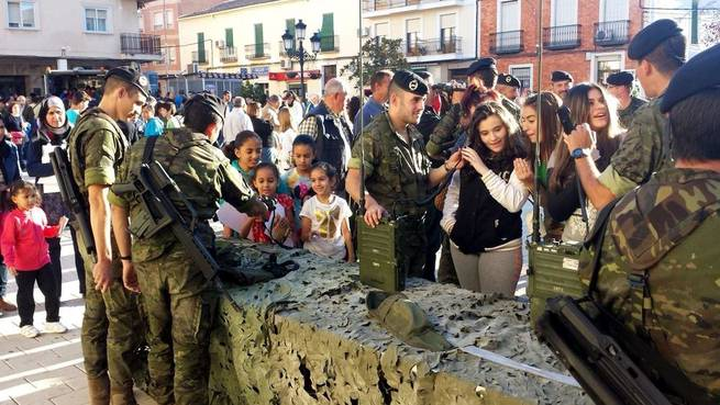Imagen: Los calzadeños, atraídos por los vehículos y material militar de la Brigada Acorazada Guadarrama XII