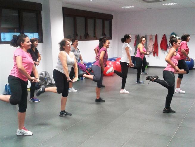 imagen de Más de cuarenta mujeres asisten a clases de zumba en el Gimnasio Municipal de Corral de Almaguer