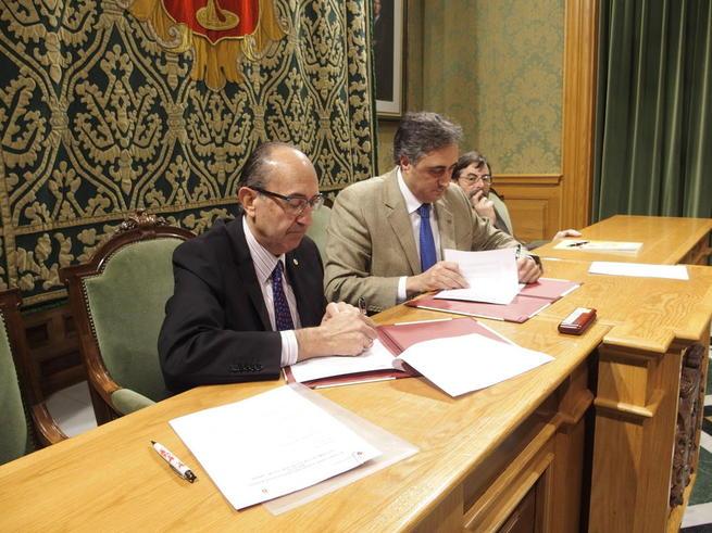 Imagen: Cuenca renueva el convenio con Cruz Roja para que familias necesitadas puedan adquirir material escolar