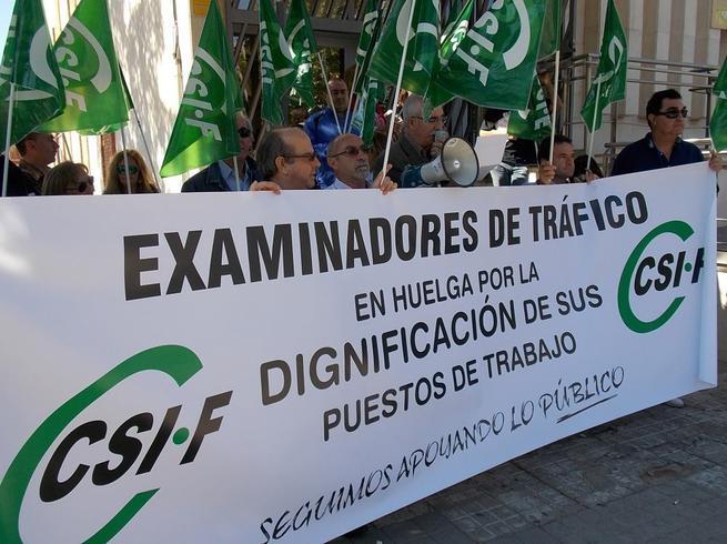 Imagen: Los examinadores de tráfico de Ciudad Real se han concentrado hoy en Madrid con sus compañeros de toda España