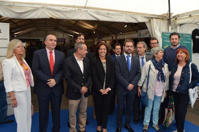 Imagen:  Pilar Zamora invita a los vecinos a que aprovechen los descuentos de la XII edición de la Feria del Stock