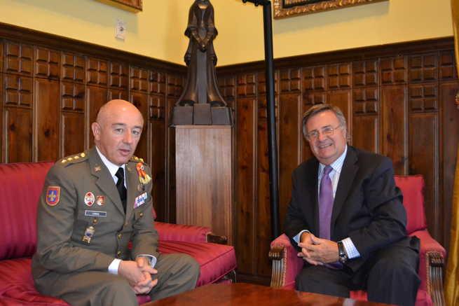 imagen de García-Tizón recibe al nuevo director de la Academía de Infantería de Toledo