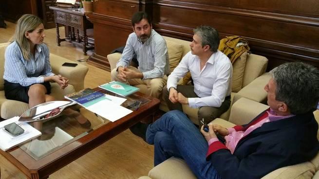 Imagen: La alcaldesa de Toledo se reúne con trabajadores despedidos del Museo del Ejército