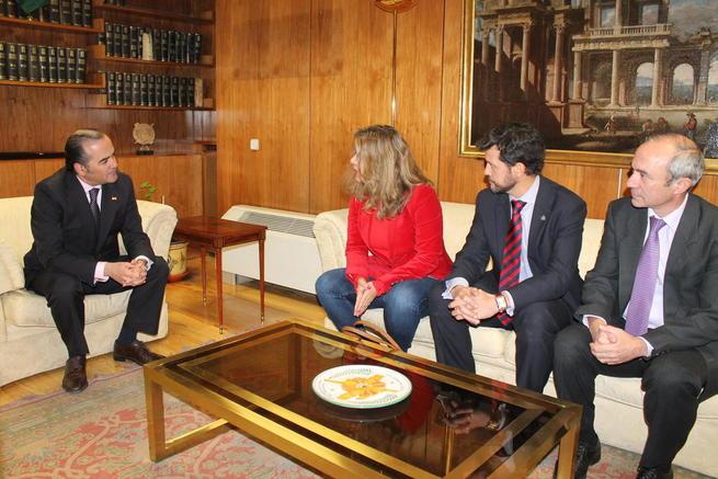 Imagen: El delegado del Gobierno, José Julián Gregorio, se reúne con la directora general de Comercio Interior, Carmen Cárdeno