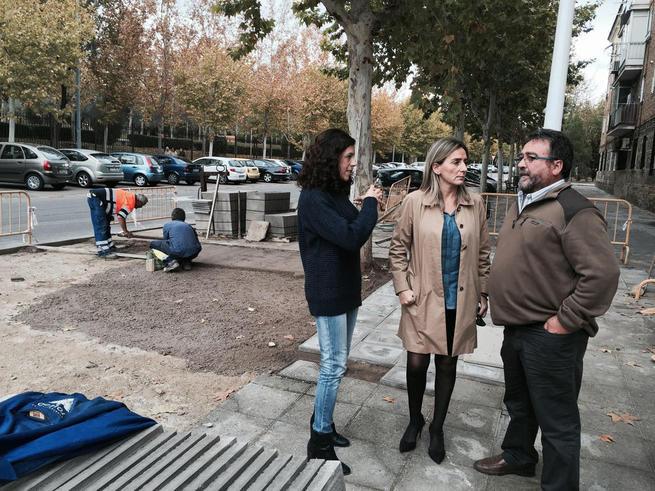 Imagen: El Ayuntamiento responde a las demandas de los vecinos de Palomarejos y renueva el acerado deteriorado de la calle Cuenca