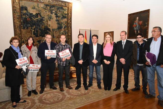 Imagen: El presidente García-Page transmite el apoyo del Gobierno regional a los municipios ribereños ante su dramática situación