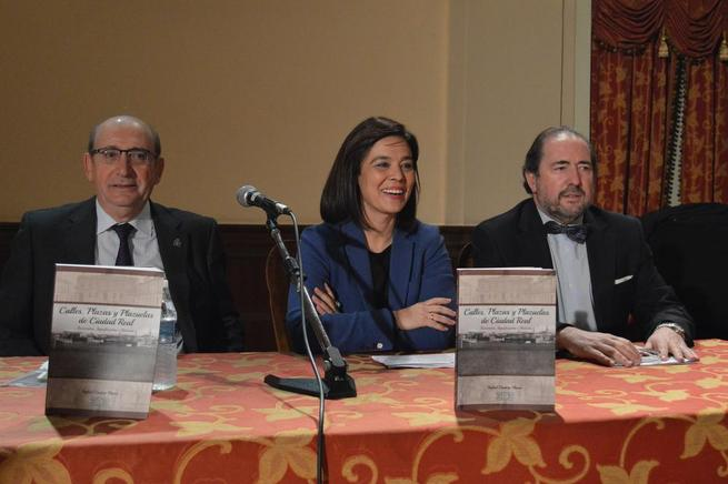 """Imagen: Pilar Zamora presenta el libro de Rafael Cantero  """"Calles, plazas y plazuelas de Ciudad Real"""""""