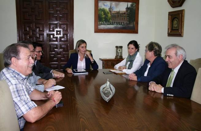 """Imagen: La alcaldesa se reúne con los representantes de la asociación de vecinos """"Alcántara"""", de Santa Bárbara"""