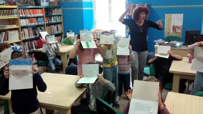 """Imagen: Una treintena de niños de Villarrubia  participaron en el Taller  """"El Quijote Ilustrado"""" para celebrar El Día de la Biblioteca"""