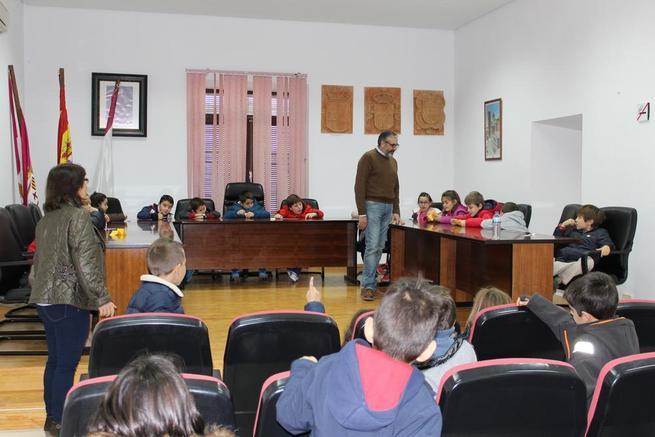 Imagen: Escolares del CEIP Arqueólogo García Bellido visitan las dependencias del Ayuntamiento con motivo del Día de la Constitución