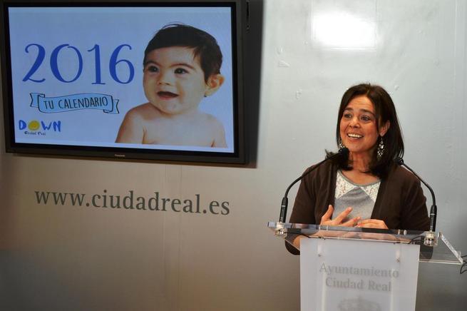 Imagen:  Pilar Zamora presenta el calendario solidario 2016 de la Asociación Down Caminar