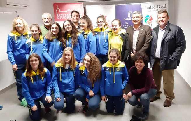 La Junta felicita a las chicas del Club Natación Alarcos de Ciudad Real por su participación en la Copa de España