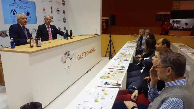 Los visitantes de FITUR aprenden a distinguir el sabor de un buen AOVE con la DOP Montes de Toledo