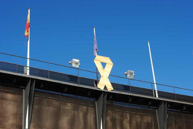 Con un gran lazo dorado, Valdepeñas conmemora el Día del Cáncer Infantil
