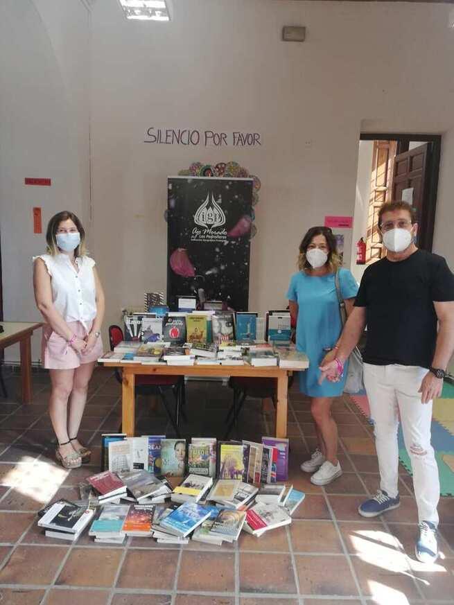 """La IGP Ajo Morado de Las Pedroñeras dona un millar de libros a bibliotecas y entidades de su comarca dentro de la campaña """"Sin cultura no hay futuro"""""""