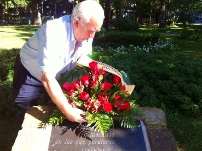 Sebastián García, extrabajador de Repsol deposita nueve rosas en recuerdo de los empleados
