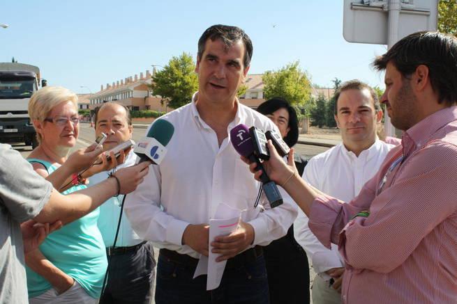 Román atendió a los medios en su visita al barrio de Manantiales