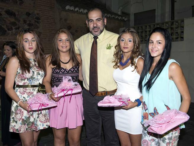 El alcalde de Herencia junto a las damas y la reina de las fiestas