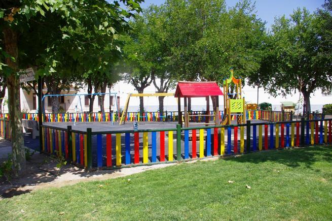 imagen de Corral de Almaguer remodela su parque con un nuevo sistema de riego, más plantas y juegos infantiles