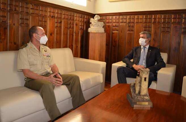 Álvaro Gutiérrez recibe al nuevo director del Museo del Ejército de Toledo
